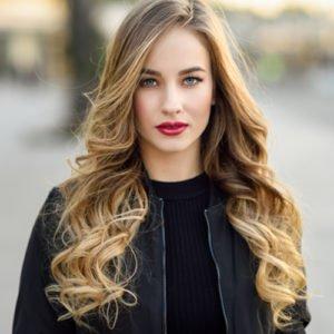 Jeune fille aux cheveux longs ondulés