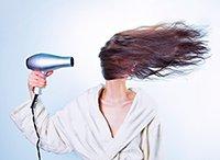 Femme séchant ses cheveux bouclés